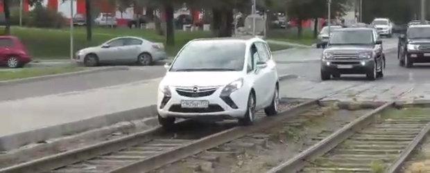 Condusul masinii pe linia de tramvai, noul sport national in Rusia