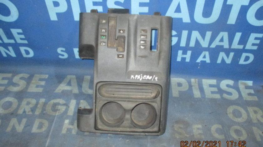 Consola bord Mitsubishi Pajero 2001;  MR410841 (suport pahare)