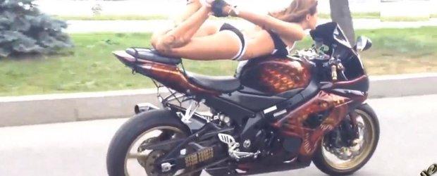 Contorsionista de pe motocicleta ne aduce aminte de vara