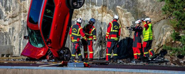 Crash test extrem, marca Volvo. Suedezii au aruncat in repetate randuri mai multe modele noi de la 30 m inaltime