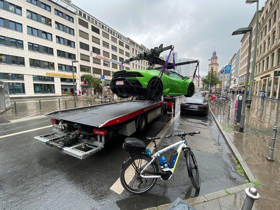 Cu nemtii nu-i de joaca: politistii i-au ridicat bolidul de lux pentru ca bloca accesul la statia de incarcat masini electrice