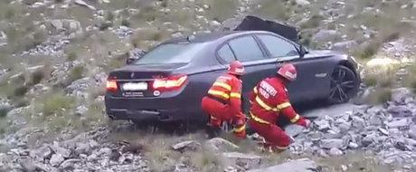 Cum a ramas un sofer de 28 ani fara BMW. I-a cazut masina in rapa dupa ce a uitat sa actioneze frana de mana. VIDEO