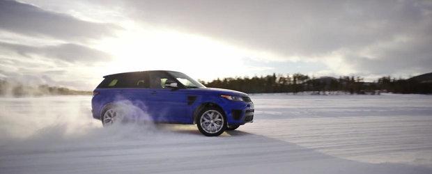 Cum e sa conduci un Range Rover pe un circuit de gheata, replica a traseului de la Silverstone?