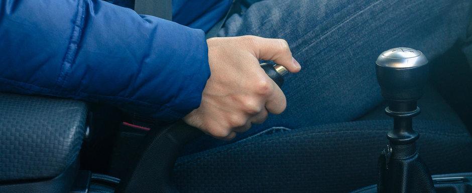 Cum este mai bine sa lasam masina in parcare? Cu frana de mana trasa sau in viteza?