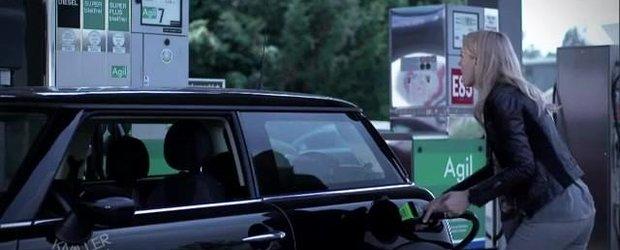 Cum pun blondele benzina in masina