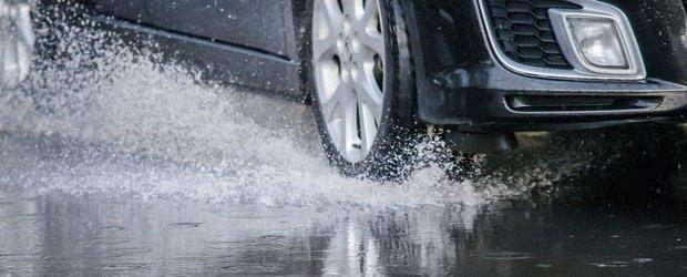 Cum sa conduci masina la drum intins pe ploaie si sa supravietuiesti