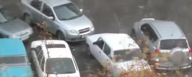 Cum sa-ti scoti masina din parcare cand esti blocat. Russian style.