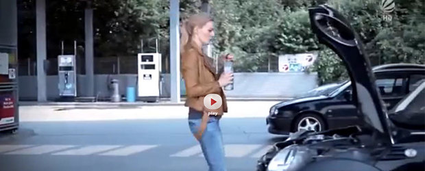 Cum schimba blondele uleiul la masina