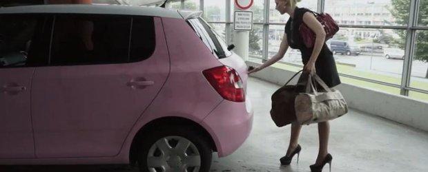 Cum se infoliaza o Skoda Fabia in roz mat, cu tematica Hello Kitty