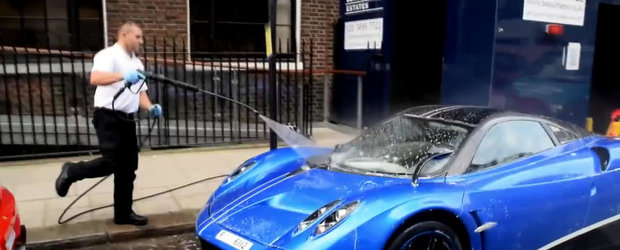 Cum se spala in Londra un supercar de 1.5 milioane dolari? Cu furtunul, in strada!