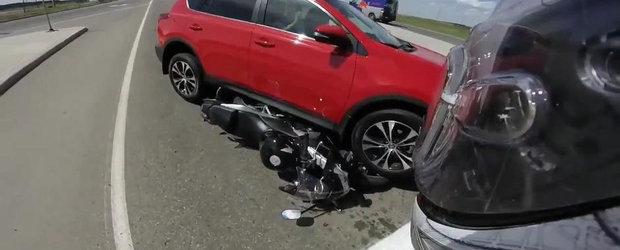 Da cu spatele pana ce ia o motocicleta sub rotile SUV-ului