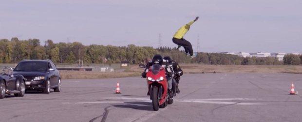 Daca nu ai ce face poti sari peste doua motociclete care alearga cu 110 km/h