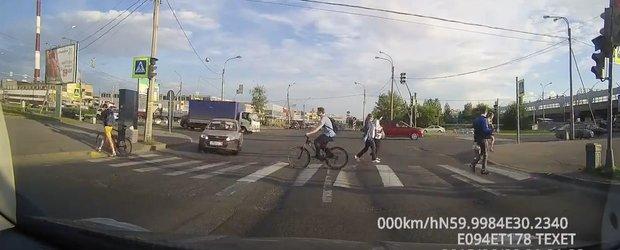 De ce e bine ca biciclistii sa traverseze regulamentar strada?