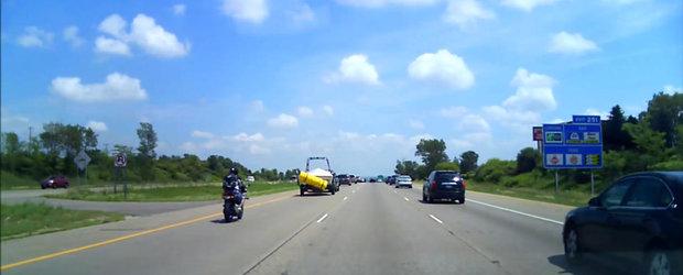 De ce trebuie sa-ti asiguri salteaua atunci cand o transporti pe autostrada: risti sa faci motocicletele sa zboare