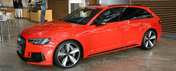 Degeaba, pe rosu arata cel mai bine. Acest RS4 Avant este vedeta showroom-ului Audi Forum