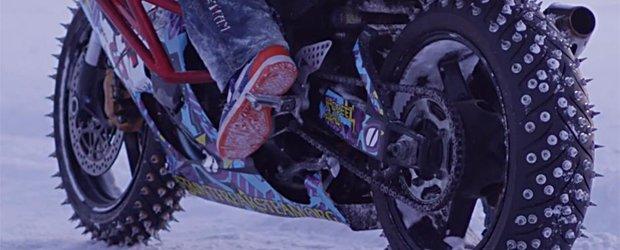 Dementa pe zapada: motocicleta, snowmobilul sau masina?