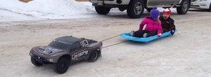 Distractie de iarna fara dureri de spate: un automodel HPI trage o sanie cu 2 copii
