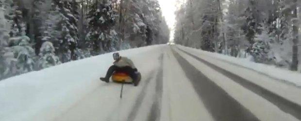Distractie riscanta pe zapada: cu colacul pe sosea la 100 km/h