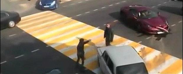 Doar in Rusia: Soferul unui Ferrari lovit de o Lada sare la bataie