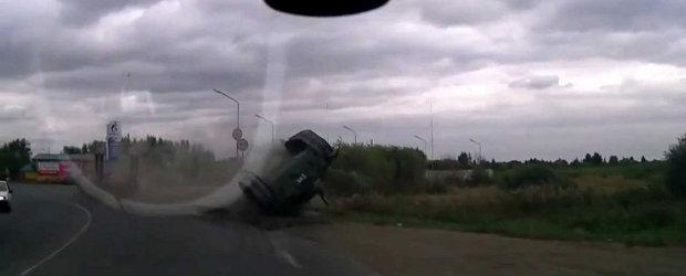 Doar in Rusia: Soferul unui trailer pierde pe drum tancul pe care-l transporta