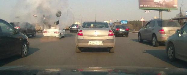 Doar in Rusia: Un automobil explodeaza din senin, in plin trafic
