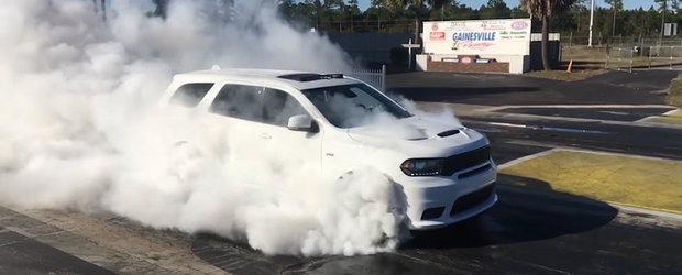Dodge-ul Durango SRT ne arata un burnout cu toate 4 rotile, de toata frumusetea