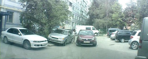 Doua femei, o Dacie Sandero si o tentativa nereusita de parcare