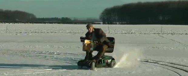 Drifturi nebune pe zapada cu un scuter dedicat persoanelor cu dizabilitati