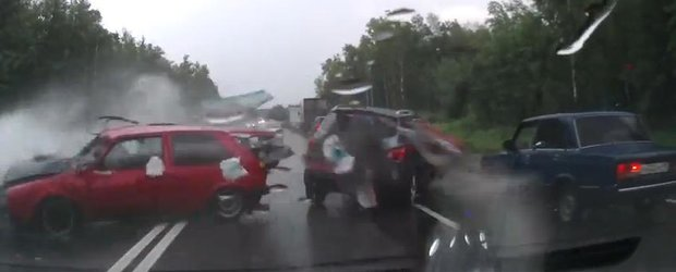 Efectele acvaplanarii: accident violent pe timp de ploaie