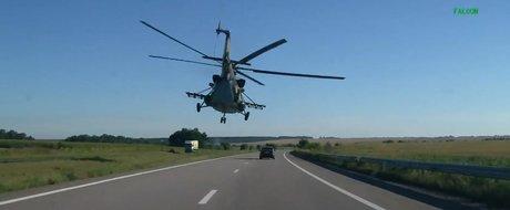 Elicopterele armatei ruse ii tachineaza pe soferii unei autostrazi