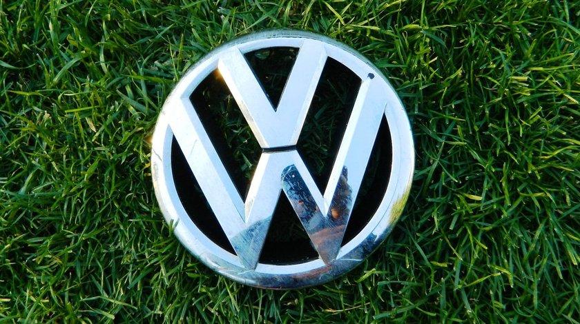 Emblema grila capota VW Passat model 2011-2014 cod 561853600