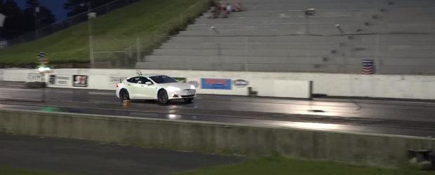 Este cea mai silentioasa cursa de acceleratie din lume, dar aceasta Tesla Model S face sfertul de mila in 10.8 secunde
