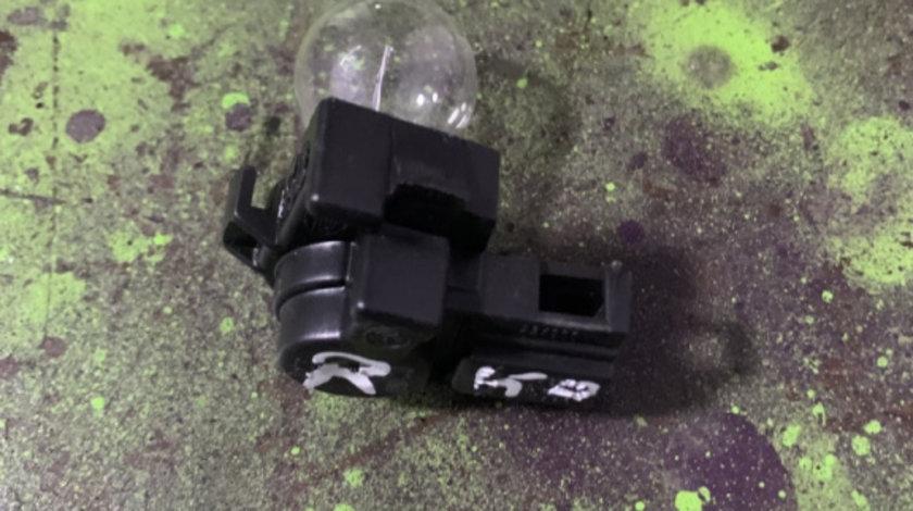 Fasung lampa portbagaj dreapta Volkswagen Jetta generatia 5 [2005 - 2011] Sedan 4-usi 2.0 TDI MT (140 hp) (1K2)