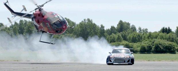 Felix Baumgartner urmareste o masina de drift cu un elicopter