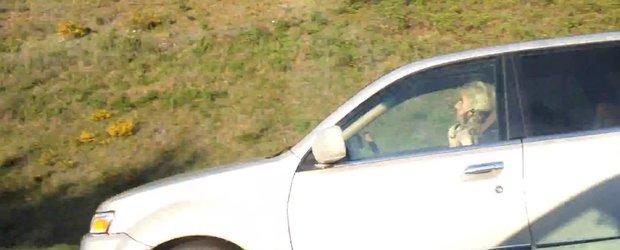 Femeie multitask la volan: condus si ondulat par in acelasi timp!