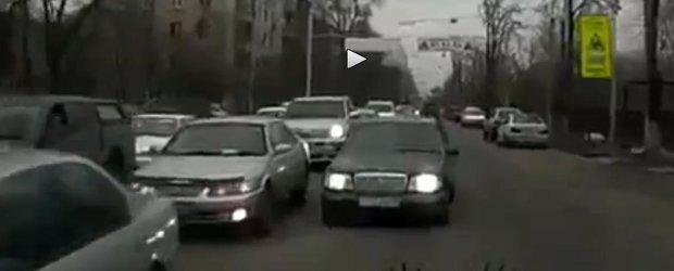 Femeie vs. nesimtit care merge pe contrasens. Exemplu clasic din trafic!