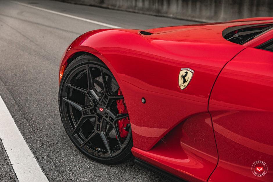 Ferrari 812 Superfast cu jante Vossen