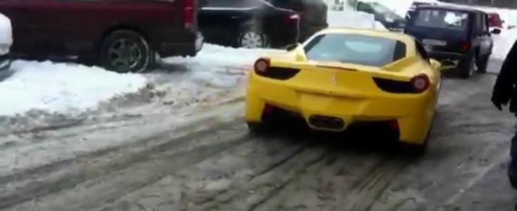 Ferrari tractat de Lada Niva dupa ce s-a ales cu frana de mana inghetata