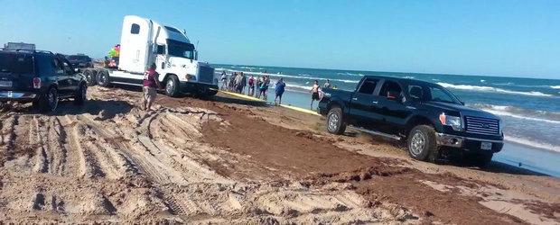Filmul Zilei: Un Ford F150 'salveaza' un cap tractor blocat in nisip