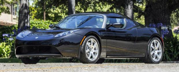 George Clooney isi scoate la licitatie bolidul electric Tesla Roadster