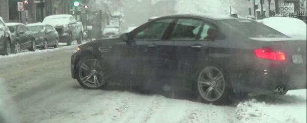 Gogule, probleme? Un BMW M5 vrea sa iasa in zapada... cu anvelopele de vara