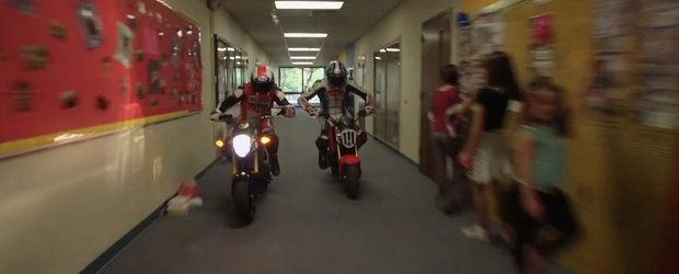 Gromkhana, adica Gymkhana cu doi motociclisti absolut nebuni!