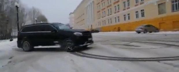 Hai afara la zapada. Un rus si-a scos SUV-ul de 585 de cai la...cerculete