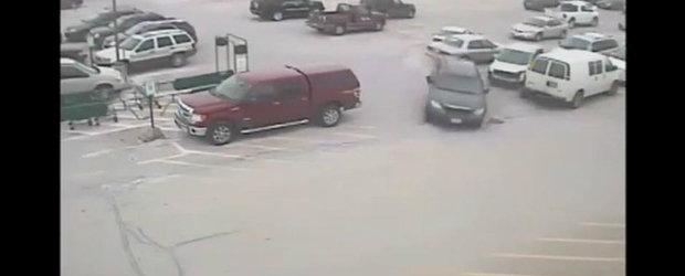 Haos in parcare: Un sofer de 92 ani loveste 10 masini in doar cateva secunde