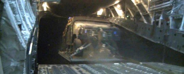 Hummere zburatoare, aruncate cu parasuta pe campul de lupta