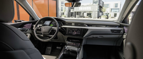 Ia-ti adio de la butoane. Noua masina de la Audi are trei ecrane in bord si alte doua pe portiere