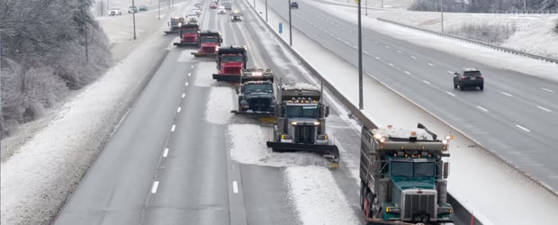 Iarna nu i-a luat pe nepregatite. Asa se curata o autostrada din SUA in doi timpi si trei miscari