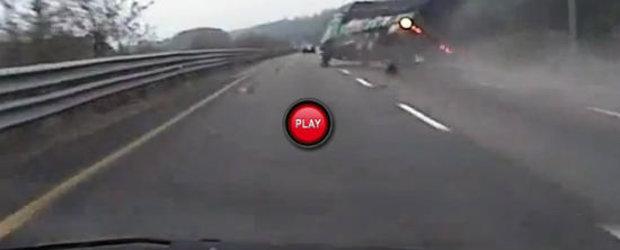 Iata ce efecte devastatoare poate avea explozia unei anvelope de camion