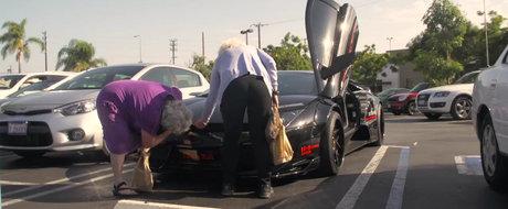 Ideal pentru cumparaturi: doua bunicute petrec o zi alaturi de un Lamborghini modificat