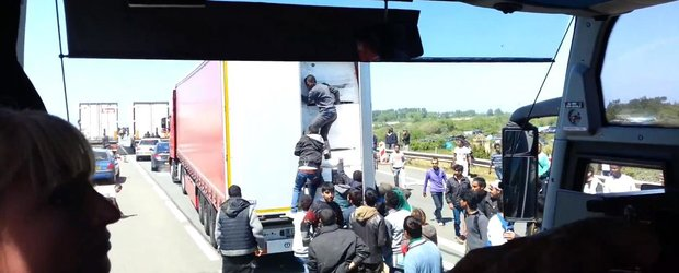 Imigrantii din Franta fura din camioane si vor sa intre cu forta in Anglia